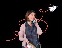 Donna che telefona con un telefono giocattolo. Aereo disegnato che gira attorno a Marta